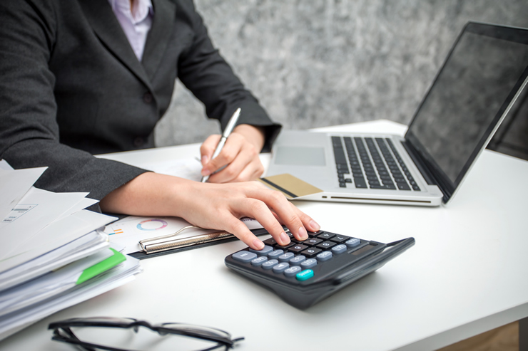 「経理事務」は、基本の事務スキル+αでも挑戦しやすい事務系専門職種
