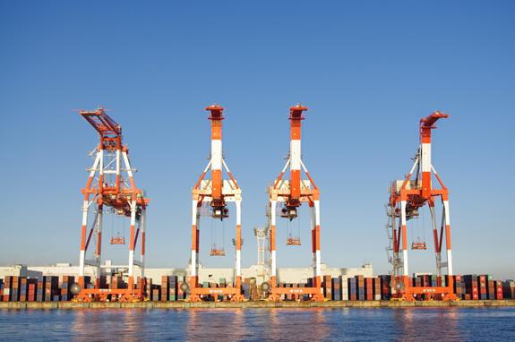 港の岸壁にそびえ立つ「ガントリークレーン」
