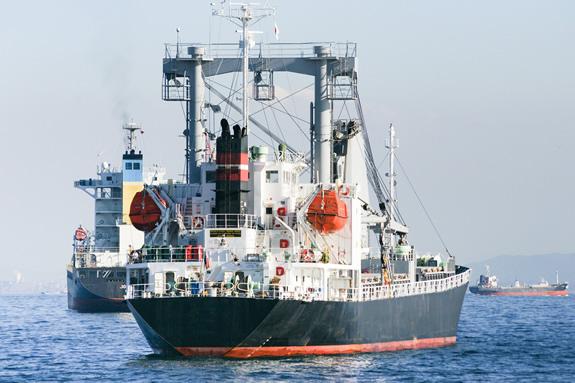 貨物船は何人の船員さんが働いている?